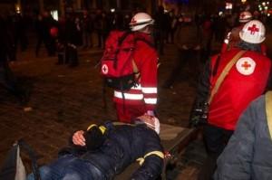 Медики помогают пострадавшим. Киев