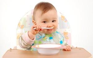 малыш ест прикорм
