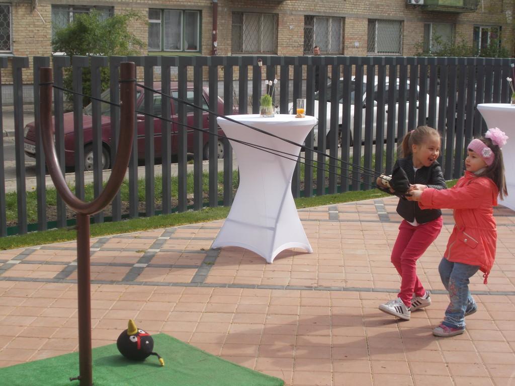 Большая ракетка для angry birds вызывала восторг у детей