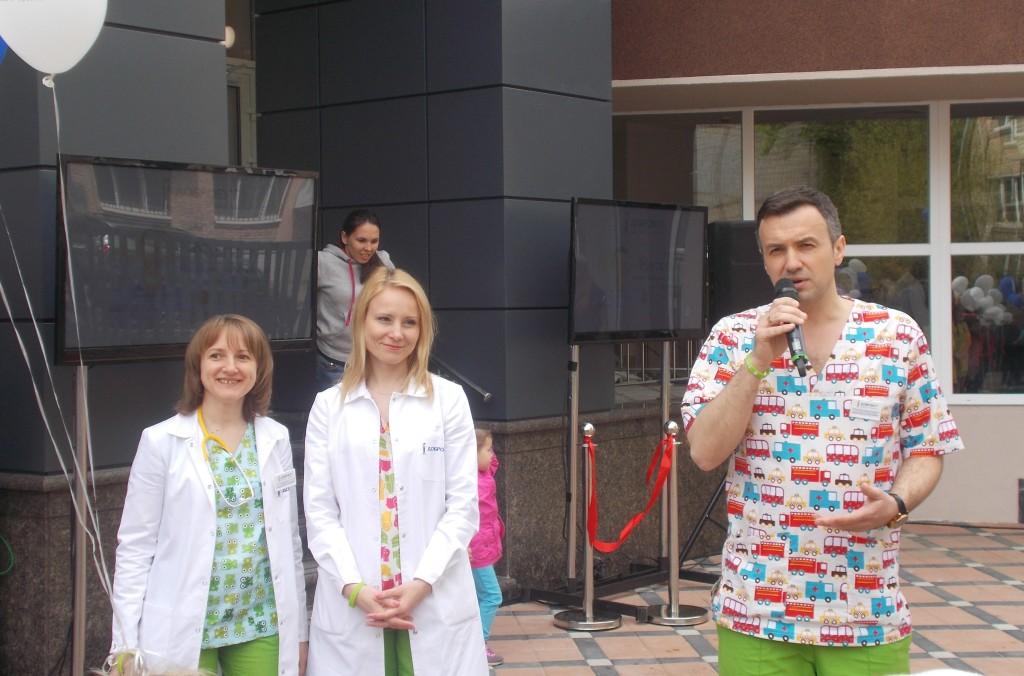 униформа педиатров - с цветочками, машинками и динозавриками