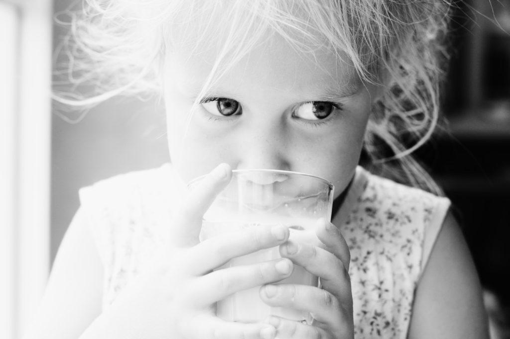 молоко, ребенок пьет молоко, детское молоко